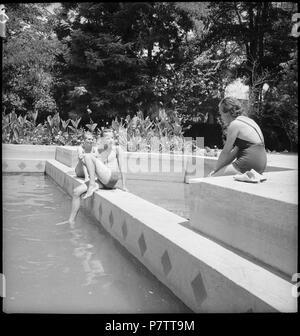 Iran, Meshed (Mashhad): Britisches Konsulat; Eine Frau und ein Mann am Swimmingpool. from 1939 until 1940 73 CH-NB - Iran, Meshed (Mashhad)- Britisches Konsulat - Annemarie Schwarzenbach - SLA-Schwarzenbach-A-5-19-114 - Stock Photo