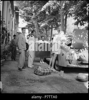 Iran, Meshed (Mashhad): Britisches Konsulat; Ella Maillart beim Beladen des Autos. from 1939 until 1940 73 CH-NB - Iran, Meshed (Mashhad)- Britisches Konsulat - Annemarie Schwarzenbach - SLA-Schwarzenbach-A-5-19-116 - Stock Photo