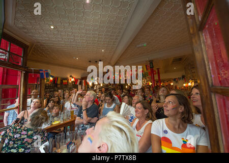 London, UK. 7th July, 2018. Football fans watch England vs Sweeden from a London pub in Covent Gardens. England won 2-0. A large crowd had gathered  the Covent Garden Pub Credit: Andrew Steven Graham/Alamy Live News - Stock Photo