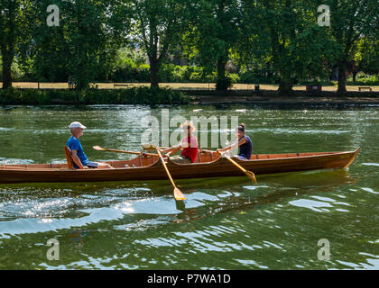 River Thames, Hampton Wick, London, England, United Kingdom, 8th July 2018. UK weather: people enjoy themselves in a rowing boat in the sunshine on the Thames River on a Sunday morning in the heatwave - Stock Photo
