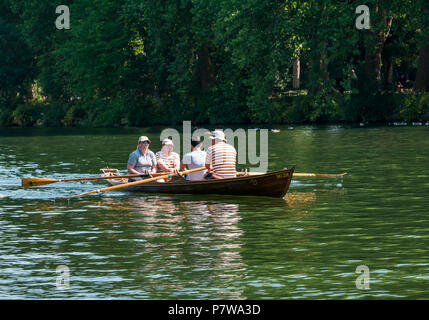 River Thames, Hampton Wick, London, England, United Kingdom, 8th July 2018. UK weather: people enjoy themselves in a rowing boat on the Thames River on a Sunday morning in the heatwave - Stock Photo