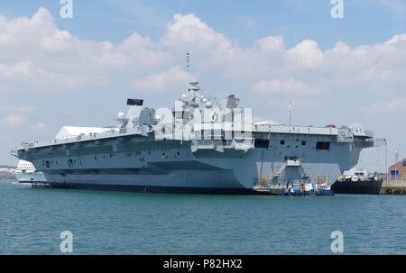 HMS QUEEN ELIZABETH (RTo8) Riyal Navy aircraft carrier in Portsmouth harbour, July 2018. Photo: Tony Gle - Stock Photo