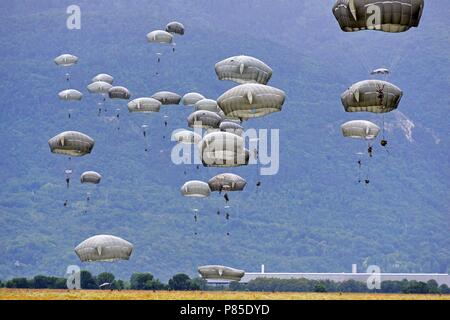 U.S. Army Paratroopers assigned to the 2nd Battalion, 503rd Infantry Regiment, 173rd Airborne Brigade, descend onto Juliet Drop Zone in Pordenone, Italy, June 13, 2018, during Exercise Bayonet Strike East, June 13, 2018. The 173rd Airborne Brigade is the U.S. Army Contingency Response Force in Europe, capable of projecting ready forces anywhere in the U.S. European, Africa or Central Commands' areas of responsibility. (U.S. Army photo by Paolo Bovo). () - Stock Photo
