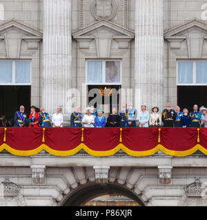 London, UK. 10th July 2018. Members of the royal family on the balcony at Buckingham Palace watching planes passing overhead during the RAF100 flypast in Central London, United Kingdom.  The flypast is the largest concentration of military aircraft seen over the capital in recent memory, and the biggest ever undertaken by the Royal Air Force (RAF).   Credit: Michael Preston/Alamy Live News - Stock Photo