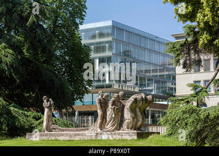 Geneva, Switzerland - june 10, 2018 : The new building of the World Trade Organization (WTO) and in the park, the sculpture, entitled 'The Human Effor - Stock Photo