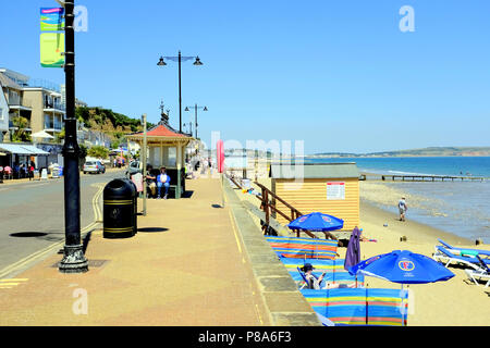 Shanklin, Isle of Wight, UK. June 25, 2018.  Holidaymakers enjoying seafront promenade and beach at Shanklin on the Isle of Wight, UK. - Stock Photo