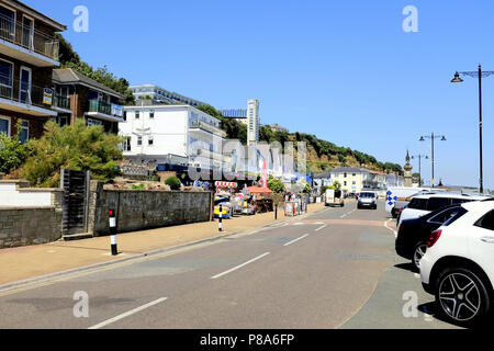 Shanklin, Isle of Wight, UK. June 25, 2018. Tourists walk the Esplanade past hotels bars and the cliff lift on the seafront at Shanklin on the Isle of - Stock Photo