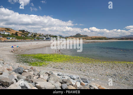 Criccieth beach and holiday resort on the Lleyn Peninsula in North Wales popular with families for holidays and tourism. - Stock Photo