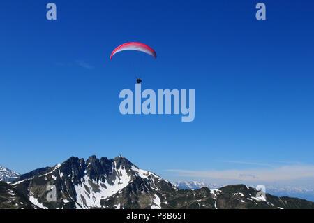 Gleitschirmflieger in der Luft beim Spiegeljoch. Paragliding view from Spieljoch in the Zillertal valley in Tirol - Stock Photo