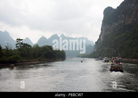 River cruise on the Li River in Guangxi Zhuang china, on the journey from Guilin to Yangshuo. - Stock Photo