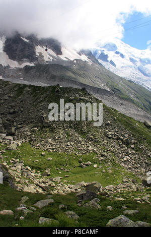 Cable Car, heading for the peak of the Aiguille-du-Midi, passing the Plan-de-l'Aiguille in the Mont Blanc massif in France - Stock Photo
