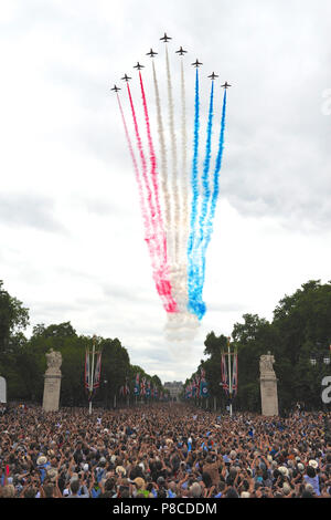 London, UK. 10th July, 2018. The Red Arrows, the Royal Air Force Aerobatic Team flying in Big Battle formation and trailing their traditional red, white and blue smoke during the RAF100 flypast over The Mall, London, United Kingdom.  The flypast is the largest concentration of military aircraft seen over the capital in recent memory, and the biggest ever undertaken by the Royal Air Force (RAF).  It was part of a series of events to mark the 100th anniversary of the RAF and involved around 100 aircraft and helicopters. Credit: Michael Preston/Alamy Live News - Stock Photo