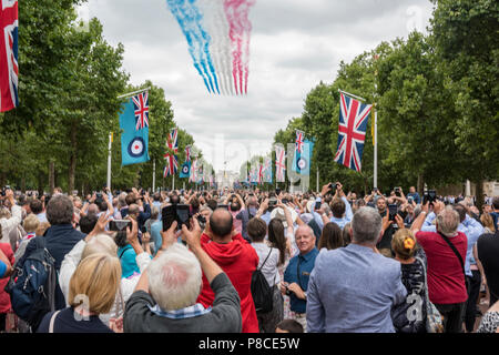 The Mall, London, UK. 10th July, 2018. The Mall, Central London, RAF Centenary celebration and flypast. 100 aircraft from th RAF fly over central london to celebrate the centenary of the Royal Air Force. Service personal in full dress uniform and characterful spectators watchthe skies as the aircraft put on a onece in a lifetime display of precision flying in formation. Families, friends and relatives of current RAF personnel enjoy the day with the crowds gathered from admiralty arch to the gates of Buckingham Palace. Credit: Steve Hawkins Photography/Alamy Live News - Stock Photo