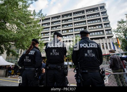 Germany, Munich. 11th July, 2018. Policemen standing in-front of the Higher Regional Court in Munich. On this day, a verdict in the National Socialist Underground trial will be announced to Zschäpe. Credit: Matthias Balk/dpa/Alamy Live News - Stock Photo