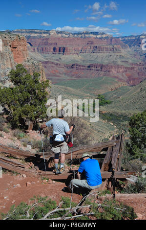 Two hikers taking a break on Bright Angel Trail, Grand Canyon National Park, Arizona, USA. - Stock Photo
