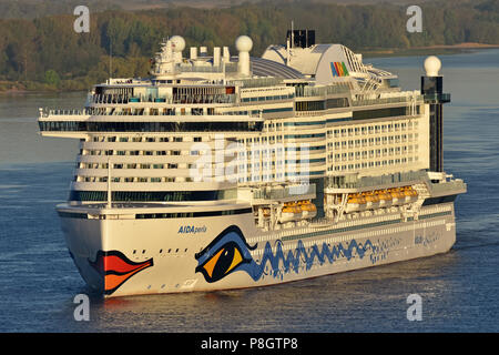 AIDAperla arrives in Hamburg in the early morning - Stock Photo