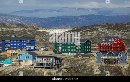 22.06.2018, Gronland, Denmark: Colorful houses of the coastal town of Ilulissat in western Greenland. The city is located on the Ilulissat Icefjord, which is known for its particularly large icebergs in Disko Bay. Photo: Patrick Pleul/dpa-Zentralbild/ZB | usage worldwide - Stock Photo