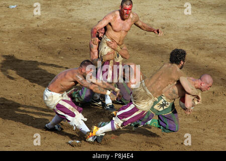 Calcio fiorentino, an early form of football that originated in 16th-century Italy, on the Piazza Santa Croce in Florence Italy.  Featuring: atmosphere Where: Florence, Tuscany, Italy When: 10 Jun 2018 Credit: IPA/WENN.com  **Only available for publication in UK, USA, Germany, Austria, Switzerland** - Stock Photo