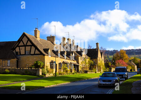 Traditional honey-coloured limestone cottages in the quaint Cotswold village of Broadway, Cotswolds, Worcestershire, England, UK - Stock Photo