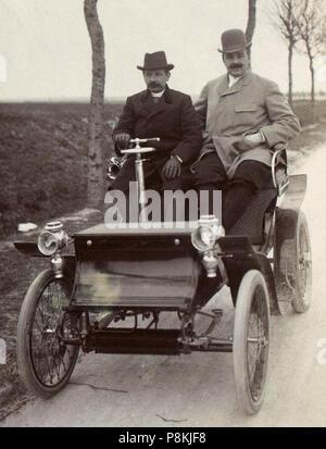 [Collection Jules Beau. Photographie sportive] : T. 9. Année 1899 / Jules Beau : F. 10. [Critérium des motocycles]; 354 Jules-Albert de Dion avec son chauffeur (au Critérium des Motocycles de 1899) - Stock Photo