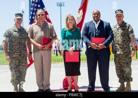U.S. Marine Corps Brig. Gen. Kevin J. Killea, far right, commanding general, Marine Corps Installations West (MCI-W) and Sgt. Maj. Julio E. Meza, far left, sergeant major, MCI-W, take a photo with recipients of the Federal Length of Service Award at Marine Corps Base Camp Pendleton, California, June 26, 2018, June 26, 2018. Killea and Meza awarded the civilians to respect and honor their 30 years of faithful service. (U.S. Marine Corps photo by Pfc. Stephen Beard). () - Stock Photo