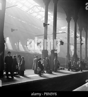 Liverpool Street Station, London, c1947-c1948. Interior view showing passengers waiting for a train on a platform. - Stock Photo