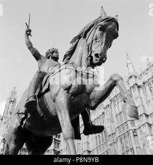 Statue of Richard the Lionheart, Old Palace Yard, Westminster, London, c1945-c1980. Detail view of the Richard Coeur de Lion statue looking up towards - Stock Photo