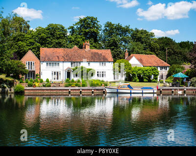 House with Boat, Hambleden Lock and Weir, River Thames, Berkshire, England, UK, GB. - Stock Photo