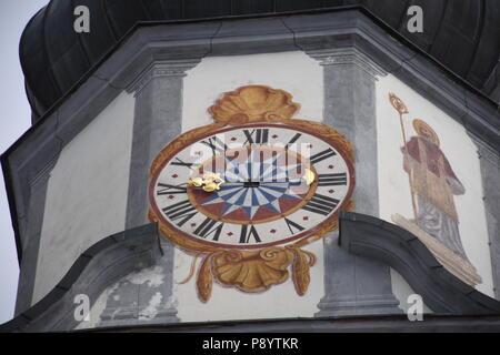 Ranggen, Pfarrkirche, Katholisch, Turm, Turmuhr, Ziffernblatt, Mittelalter, Zeiger, Stundenzeiger, Ziffernblatt, Latein, Fentser, Kirchenfenster, Gitt - Stock Photo