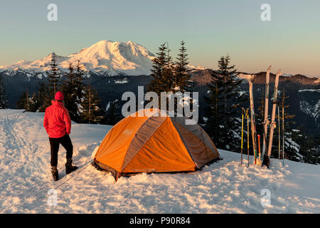 WA14516-00...WASHINGTON - Winter campsite on Suntop Mountain in the Baker-Snoqualmie National Forest. - Stock Photo
