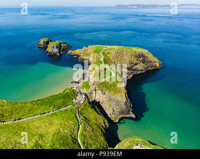 Carrick-a-Rede Rope Bridge, famous rope bridge near Ballintoy in County Antrim, linking the mainland to the tiny island of Carrickarede. One of the mo - Stock Photo
