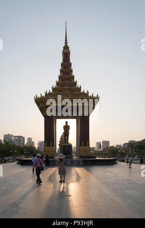 Tourists taking pictures in front of Statue of His Majesty Preah Bat Samdech Preah Norodom SIHANOUK, Phnom Penh, Cambodia - Stock Photo