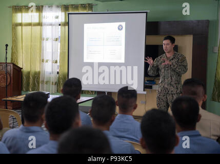 180710-N-OU129-331 SAN FERNANDO CITY, Philippines (July 10, 2018) Lt. Clyde Shavers describes public affairs messaging techniques during a subject matter expert exchange as a part of Maritime Training Activity (MTA) Sama Sama 2018. The week-long engagement focuses on the full spectrum of naval capabilities and is designed to strengthen the close partnership between both navies while cooperatively ensuring maritime security, stability and prosperity. (U.S. Navy photo by Mass Communication Specialist 2nd Class Joshua Fulton/Released) - Stock Photo