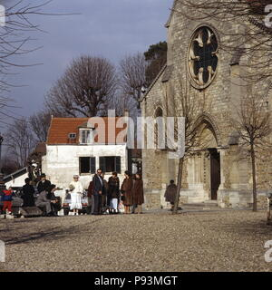 AJAXNETPHOTO.  LOUVECIENNES, FRANCE. - WEDDING PARTY - GATHERED OUTSIDE THE CHURCH - EGLISE SAINT-MARTIN - IN THE VILLAGE CENTRE. OLD VILLAGE ON OUTSKIRTS OF PARIS FREQUENTED BY IMPRESSIONIST ARTISTS OF TH 19TH CENTURY. PHOTO:JONATHAN EASTLAND/AJAX REF:85_8 - Stock Photo