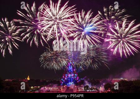 Paris, France. 14th July, 2018. Fireworks explode near the Eiffel Tower during the Bastille Day celebrations in Paris, France, July 14, 2018. Credit: Chen Yichen/Xinhua/Alamy Live News - Stock Photo
