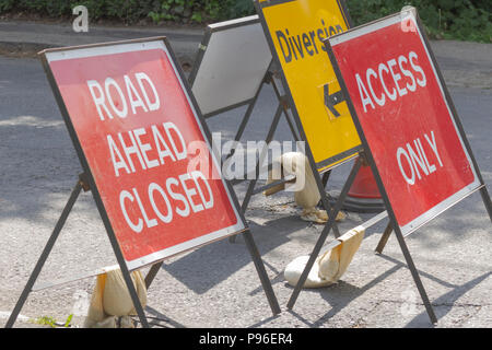 Diversion signs, Oxfordshire UK. 13th May 2018. UK Weather: Diversions signs in Carterton West Oxfordshire, on the streets of Oxfordshire. - Stock Photo