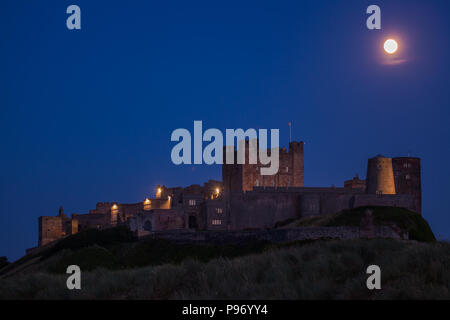 Abend am Bamburgh Castle mit Vollmond - Stock Photo