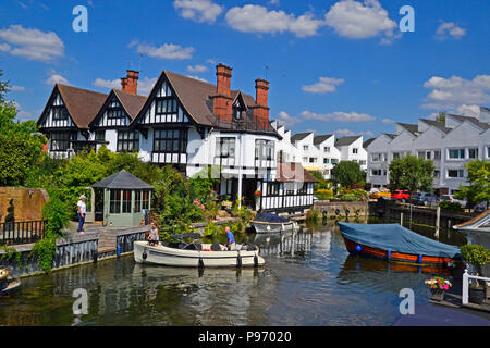 Flats and houses very near Marlow Lock on the River Thames in Marlow, Buckinghamshire, England, UK - Stock Photo