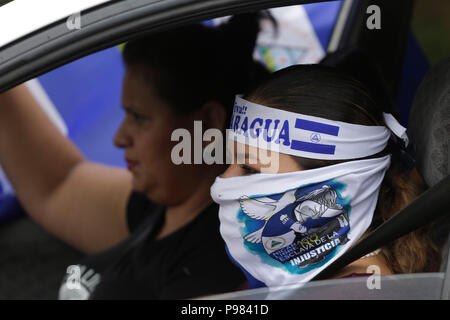 Managua, Nicaragua. 15th July, 2018. Hundreds of people aboard motorcycles, vehicles and trucks leave Managua, Nicaragua, on 15 July 2018, towards Masaya, a city that has been the symbol of the protests against the Government of Daniel Ortega, and that It is besieged by police and parapolice. Credit: Rodrigo Sura/EFE/Alamy Live News - Stock Photo