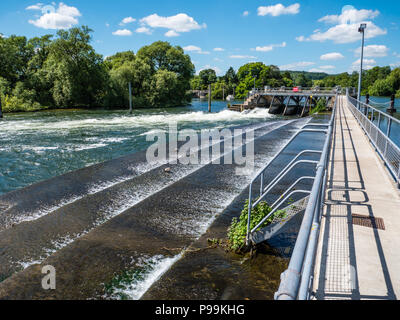 Flood Control, Hambleden Lock and Weir, River Thames, Berkshire, England, UK, GB. - Stock Photo