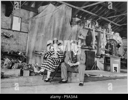 Pablo Picasso and Olga Khokhlova in the painting studio in London. Museum: PRIVATE COLLECTION. - Stock Photo