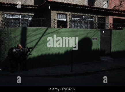 Rio de Janeiro, Brazil. 16th July, 2018. Soldiers conducting a security operation in the 'Complexo do Alemão' Favela. There was shooting against security forces the day before. In light of the wave of crime, the government established a new ministry for public security. Credit: Fabio Teixeira/dpa/Alamy Live News - Stock Photo