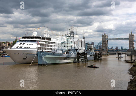 London, UK. 17th July, 2018. UK Weather, London bridge, London, UK. Building dark clouds over HMS Belfast, Tower bridge and the Silver Sea cruise liner Silver Wind still do not give any much needed rain in the continuing heatwave throughout the country. Hot weather and humid conditions without any rain means a dry and arid city and heavy armospheric pressure. - Stock Photo