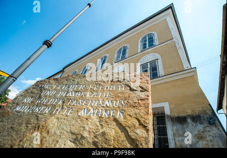 Braunau am Inn, Austria. 18th July, 2018. A plaque in front of Adolf Hitler's place of birth in the centre of town. Credit: Lino Mirgeler/dpa/Alamy Live News - Stock Photo