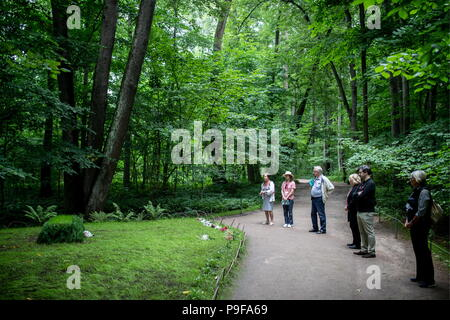 Russia. 18th July, 2018. TULA REGION, RUSSIA - JULY 18, 2018: Standing in front of the grave of Russian writer Leo Tolstoy at the Yasnaya Polyana museum-estate in the Tula Region, where his descendants and relatives gather from all over the world ahead of his 190th birthday. Sergei Bobylev/TASS Credit: ITAR-TASS News Agency/Alamy Live News - Stock Photo