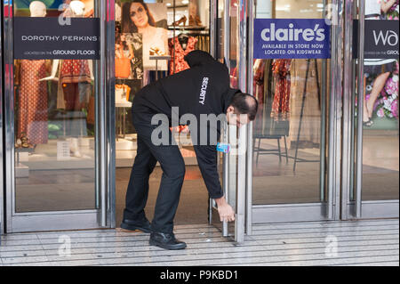 Oxford Street, London, UK. 25th April 2016. The owner of BHS has told staff the struggling retailer will go into administration on Monday after failin - Stock Photo