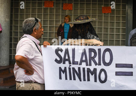 Caracas, Venezuela. 18th July, 2018. An elderly man is seen standing next to a banner during the demonstration.Doctors and hospital personnel protest demanding for the third week in a row, better wages and better working conditions outside Hospital Vargas. Credit: Roman Camacho/SOPA Images/ZUMA Wire/Alamy Live News - Stock Photo