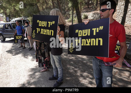 Jerusalem, Israel. 19th July, 2018.  Hungarian Prime Minister Viktor Orban is welcomed to Yad Vashem Holocaust Museum by protesters calling his official visit a 'disgrace'. Orban, considered by some a right-wing, anti-immigrant PM, recently praised the antisemitic ruler of Hungary in World War II, Miklos Horthy, who collaborated with the Nazis in the extermination of 600,000 Hungarian Jewry. Protesters call Israeli government and Yad Vashem Holocaust Museum hosts hypocritical. Credit: Nir Alon/Alamy Live News - Stock Photo