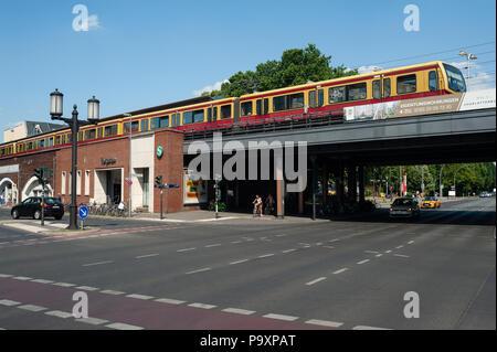 09.06.2018, Berlin, Germany, Europe - A commuter train crosses the Strasse des 17. Juni road at Tiergarten train station. - Stock Photo
