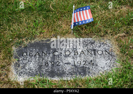 Headstone of 1920s Chicago gangster Dean (AKA Dion) O'Banion at Mt Carmel Cemetery in Hillside. O'Banion was gunned down in his flower shop in 1924. - Stock Photo